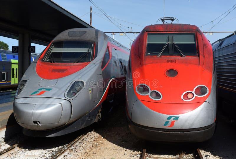 Venecia, Italia - 8 de junio de 2017: Trenes de alta velocidad de Trenitalia en t foto de archivo