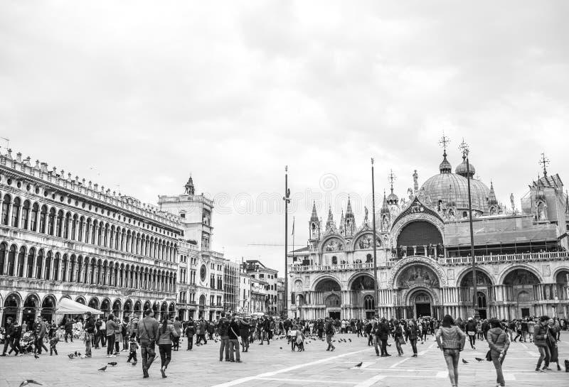 Venecia, Italia - 28 de marzo de 2016: Gente que camina en el st italiano fotografía de archivo libre de regalías