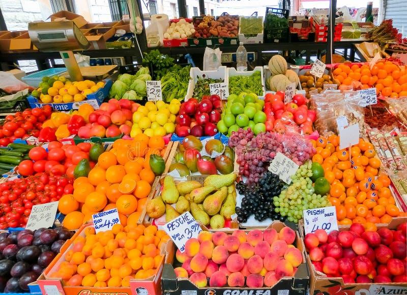 Venecia, Italia - 4 de mayo de 2017: Detalle de una parada de la fruta en Venecia foto de archivo libre de regalías
