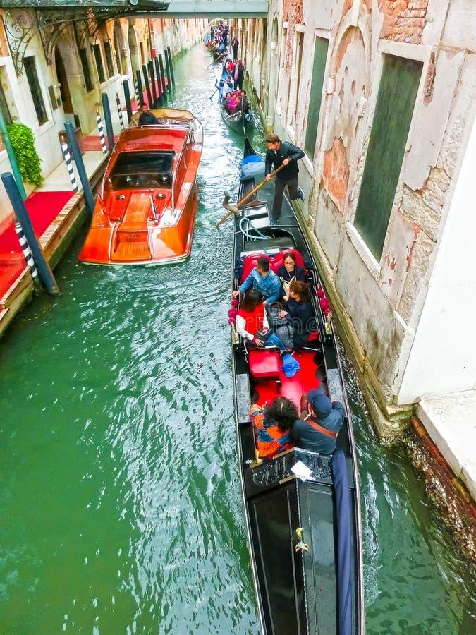 Venecia, Italia - 4 de mayo de 2017: la góndola navega abajo del canal en Venecia, Italia La góndola es un transporte tradicional fotos de archivo libres de regalías