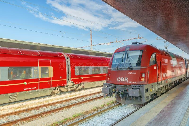 VENECIA, ITALIA - 13 DE MAYO DE 2017: Tren de pasajeros de alta velocidad moderno imagen de archivo