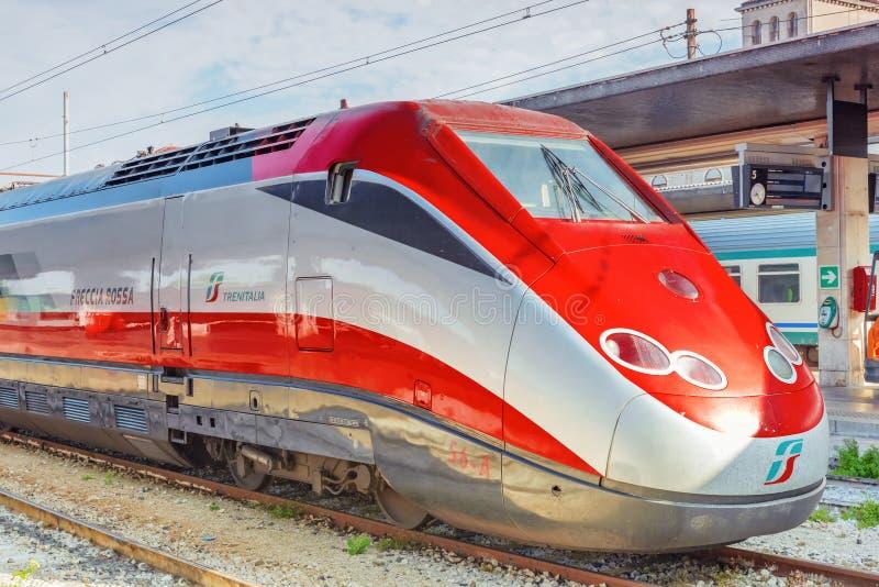 VENECIA, ITALIA - 13 DE MAYO DE 2017: Tren de pasajeros de alta velocidad moderno imagenes de archivo