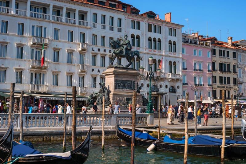 Venecia, Italia - 7 de mayo de 2018: Vista a la costa de Schiavoni del degli de Riva con la estatua ecuestre de rey Victor Emmanu foto de archivo libre de regalías