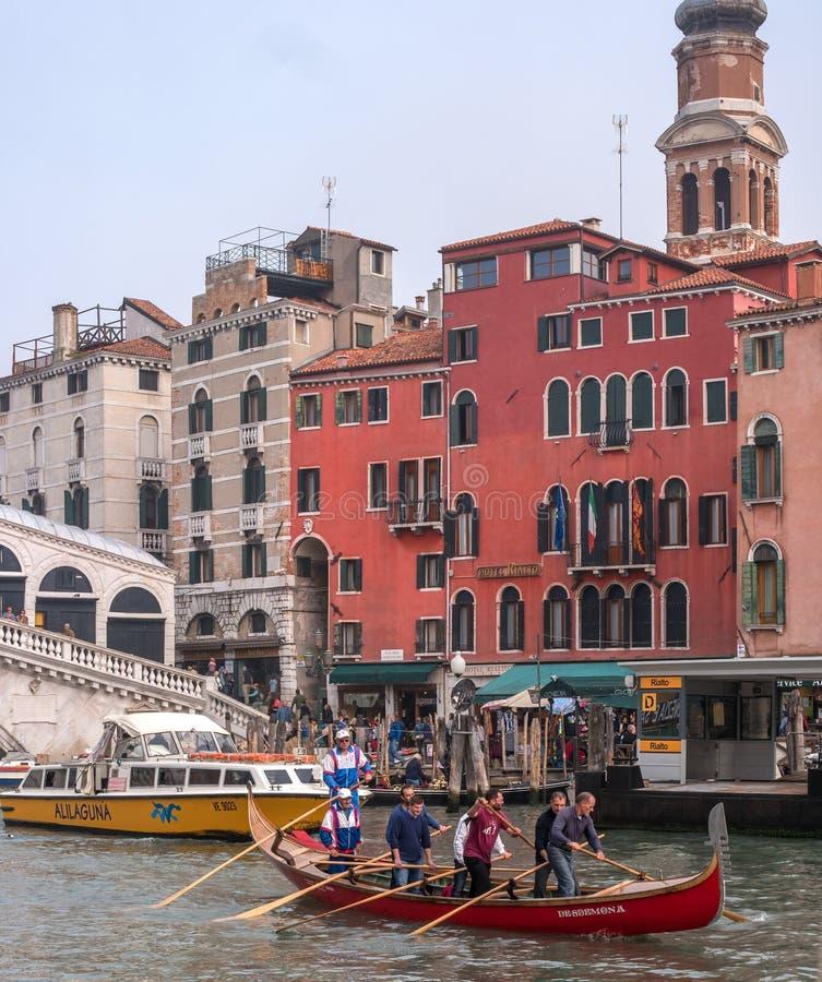 Venecia, Italia - 13 de octubre de 2017: una vista clásica del canal veneciano En el primero plano, el entrenamiento de remeros e imagenes de archivo