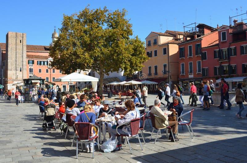 VENECIA, ITALIA - 26 DE SEPTIEMBRE DE 2017: Gente que goza del café en el Campo Santa Margherita Square en una parte más reservad fotografía de archivo