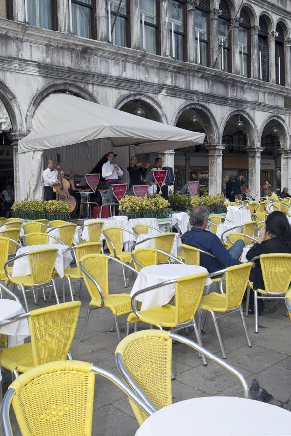 VENECIA, ITALIA - 24 DE SEPTIEMBRE DE 2010: m?sica en directo en un caf? de la calle en el St Mark Square fotos de archivo