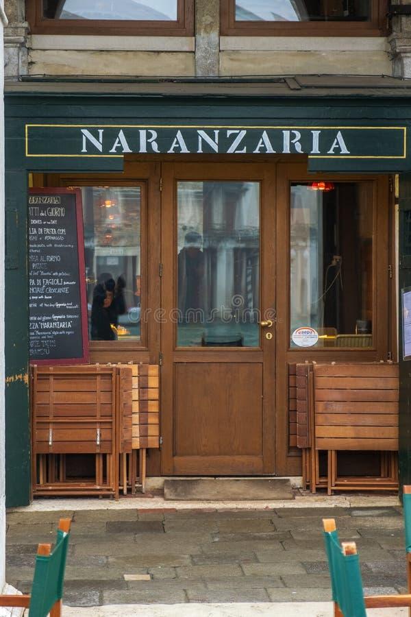VENECIA, ITALIA - DICIEMBRE DE 2018: Restaurante de Naranzaria Un restaurante veneciano cerca del puente de Rialto en Venecia foto de archivo
