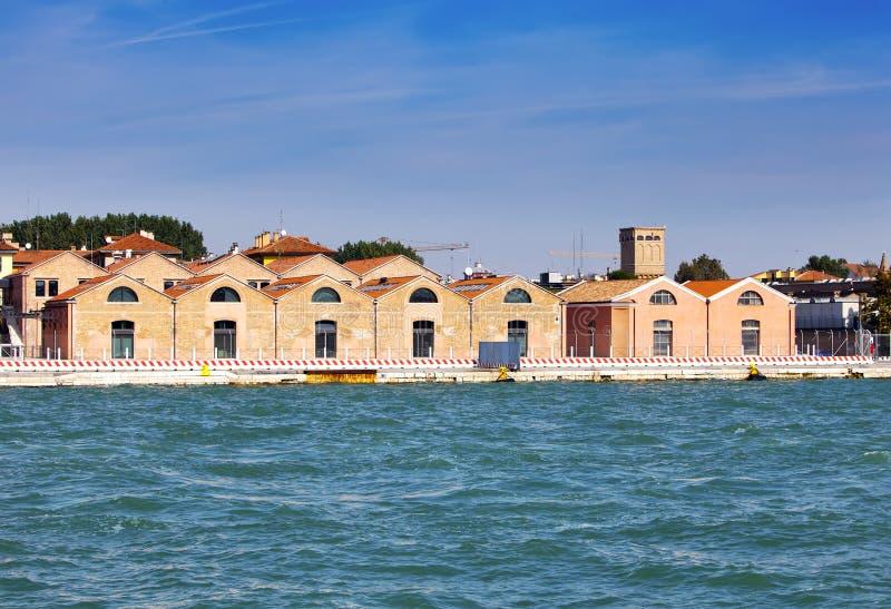 Venecia, Italia Edificios industriales antiguos en el banco del canal foto de archivo libre de regalías