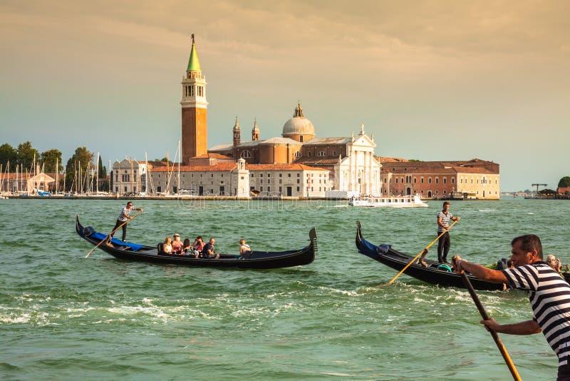 Venecia, Italia, el 9 de agosto de 2013: Góndola tradicional en el canal magnífico foto de archivo libre de regalías