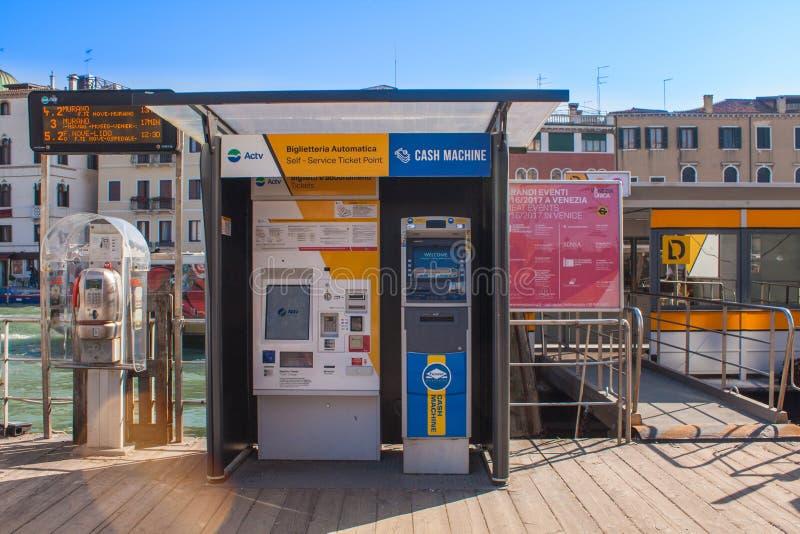 Venecia, Italia, el 14 de febrero de 2017 Ciudad de Venecia de Italia Boletos automáticos que venden la máquina para el transbord foto de archivo libre de regalías