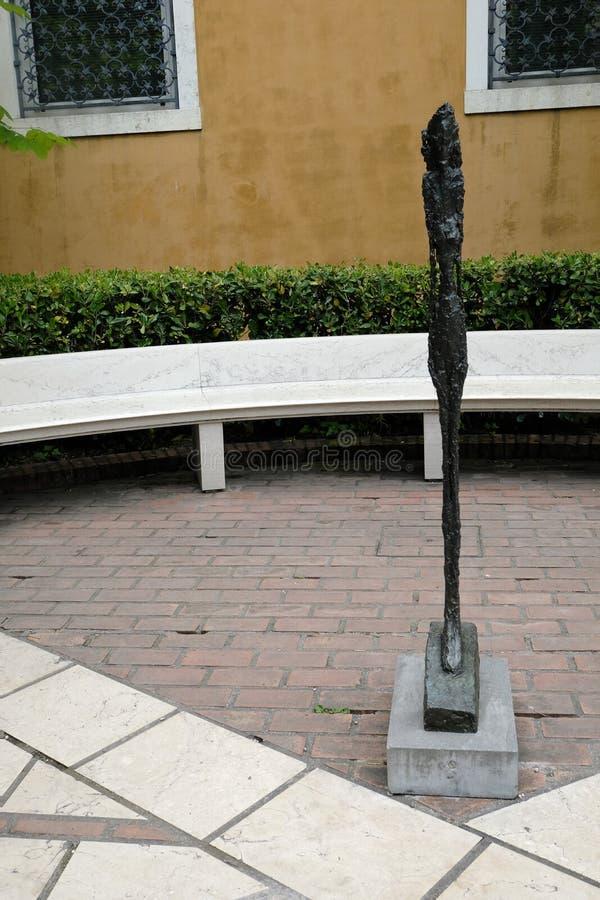 Venecia, Italia 05/03/2019 estatua de bronce de una mujer derecha de Alberto Giacometti en Peggy Guggenheim Museum imagen de archivo
