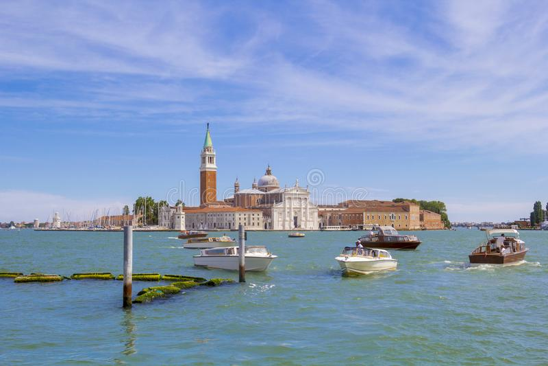 Venecia, Italia - 09 19 2017: Hermosa vista del Isola di San Giorgio Maggiore en día soleado En el primero plano son muchos imagenes de archivo