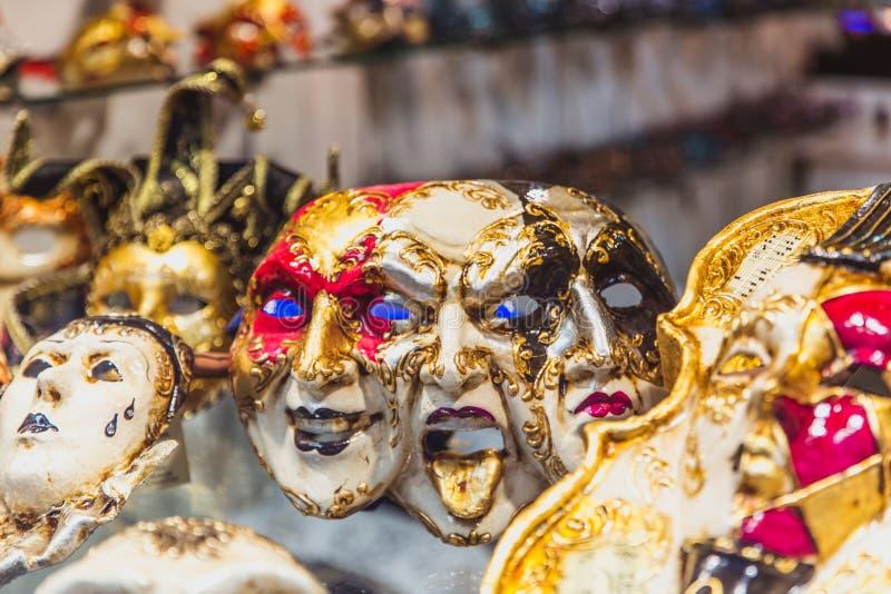 VENECIA, ITALIA - OKTOBER 27, 2016: Máscara veneciana hecha a mano del carnaval del colorfull auténtico en Venecia, Italia fotos de archivo
