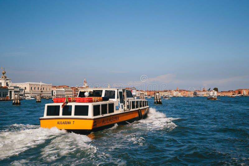 Venecia, Italia - septiembre, 9 2018: Ciérrese para arriba de un transbordador, una navegación en el lavabo de San Marco, centro  fotografía de archivo