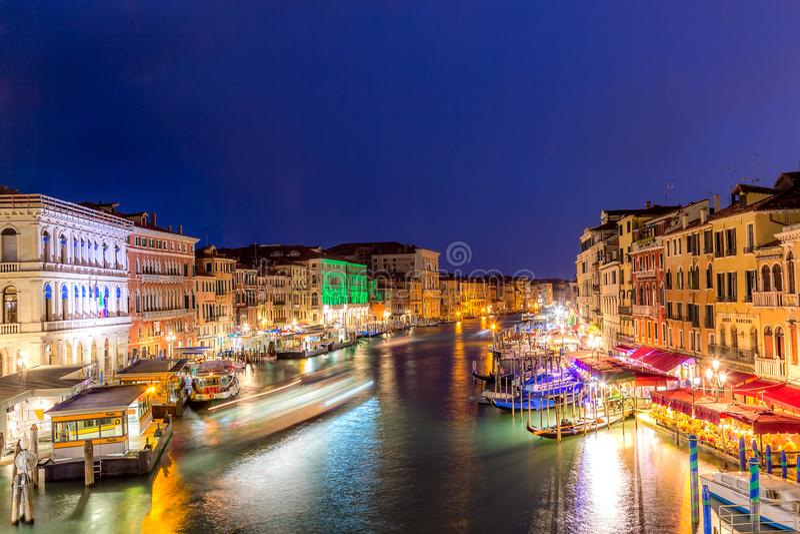 Venecia, Italia - septiembre de 2018: Grand Canal en el crepúsculo de la puesta del sol en Venecia, Italia Visión desde el puente fotos de archivo