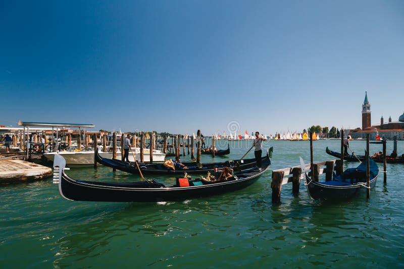 Venecia, Italia - septiembre, 9 2018: Excursión en las góndolas cerca de la estación en el molo de Traghetto, San Marco Square co fotografía de archivo
