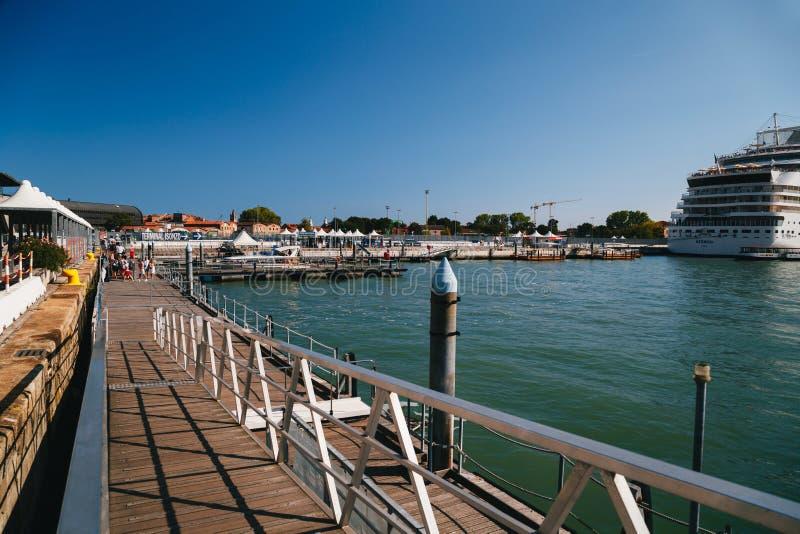 Venecia, Italia - septiembre, 9 2018: Una estación del taxi del agua, un terminal del transbordador en el puerto de Venecia, dela foto de archivo libre de regalías