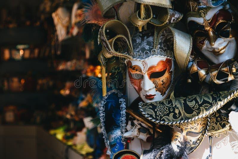 Venecia, Italia - septiembre, 9 2018: Venta veneciana colorida de las máscaras en tienda en la calle, Venecia, Italia M?scara ven fotografía de archivo