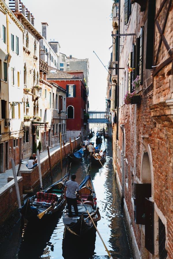 Venecia, Italia - septiembre, 9 2018: Vista del canal famoso de Río del Vin con las góndolas en Venecia, Italia foto de archivo
