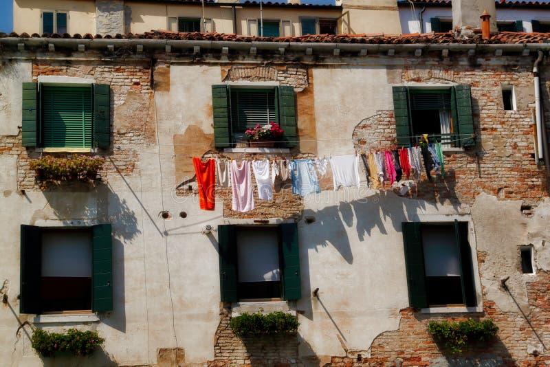 Venecia, Italia Vista de la casa vieja en las calles traseras de la ciudad en el tiempo de verano fotografía de archivo