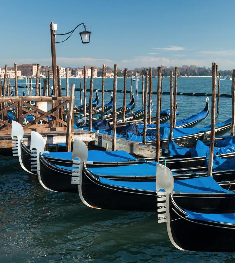 Venecia, Italia Vistas asombrosas del Gran Canal por la mañana Góndolas en el embarcadero fotografía de archivo libre de regalías