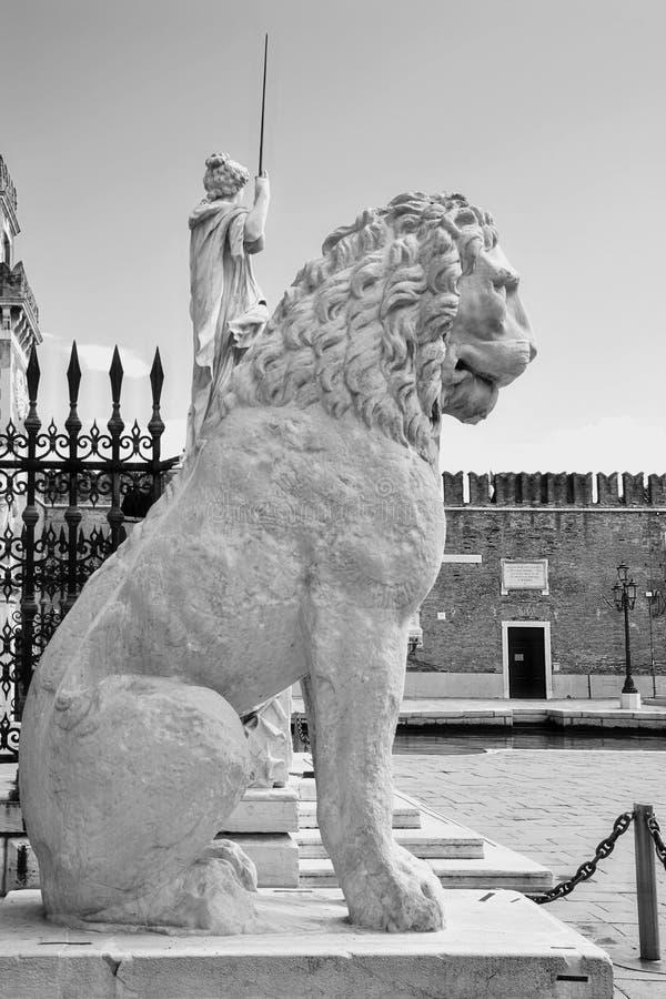 Venecia, león de mármol antiguo en la entrada del arsenal foto de archivo libre de regalías