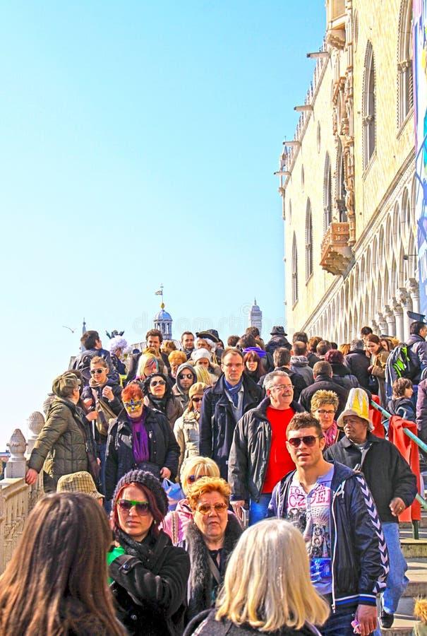 Venecia - muchedumbre de turistas que caminan en el puente en el carnaval de Venecia fotografía de archivo libre de regalías