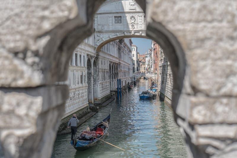 Venecia: paisaje único hacia el puente de suspiros, canal, gondoleros foto de archivo