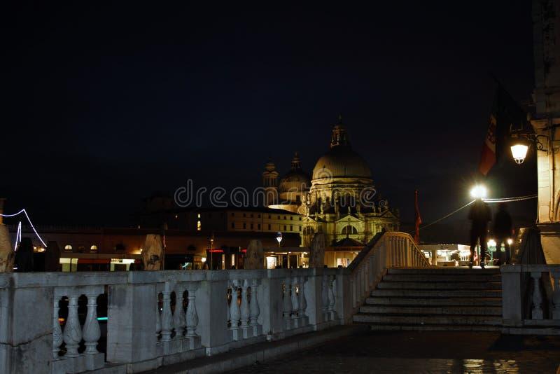 Venecia por la tarde, la ciudad romántica se enriquece con las luces que hacen otra imagen, un paseo es debe foto de archivo