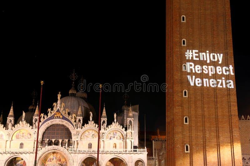 Venecia, VE, Italia - 8 de septiembre de 2017: Texto grande en el towe de la campana imágenes de archivo libres de regalías