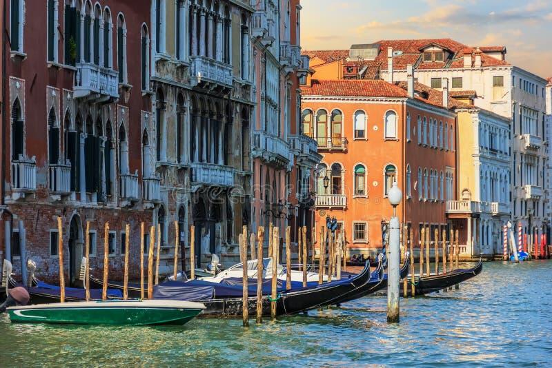 Venedig-Ansicht, Gondeln in Grand Canal bei Sonnenaufgang stockbilder