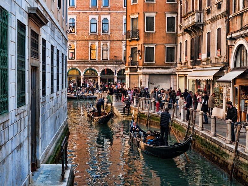 Venedig-Ansicht mit Gondeln und Schablonen stockbild