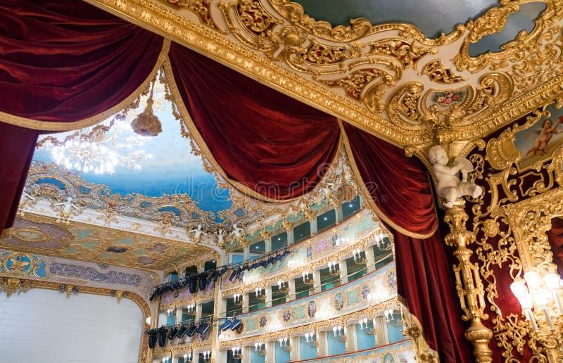 VENEDIG - 7. APRIL 2014: Innenraum von La Fenice-Theater Teatro-La stockfotografie