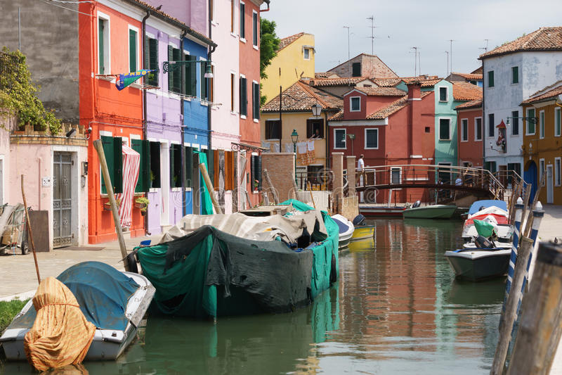 Venedig Burano Chanel med färgrika hus och gamla fartyg royaltyfria foton