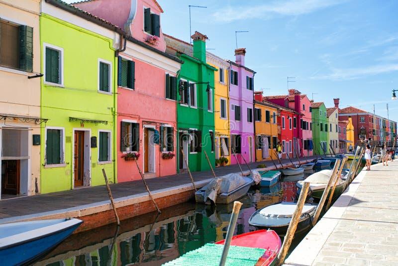 Venedig-, Burano-Inselkanal, kleine farbige Häuser und die Boote stockfoto