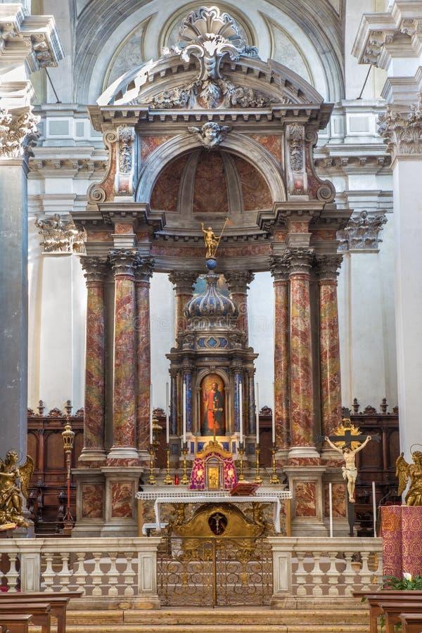 Venedig - det huvudsakliga altaret i kyrkliga Santa Maria del Rosario (den Chiesa deien Gesuati) royaltyfri foto