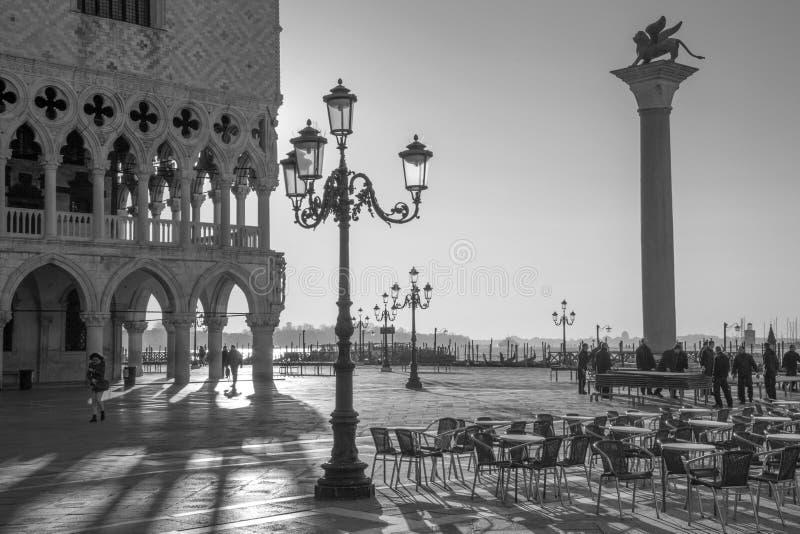 Venedig - Dogepalast und St- Markquadrat und -spalte im Morgenlicht lizenzfreies stockfoto
