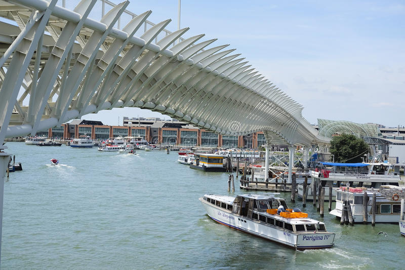 Venedig-Einschienenbahnlinie, die Venedig mit den Marittima-Kreuzfahrtanschlüssen anschließt lizenzfreie stockfotos