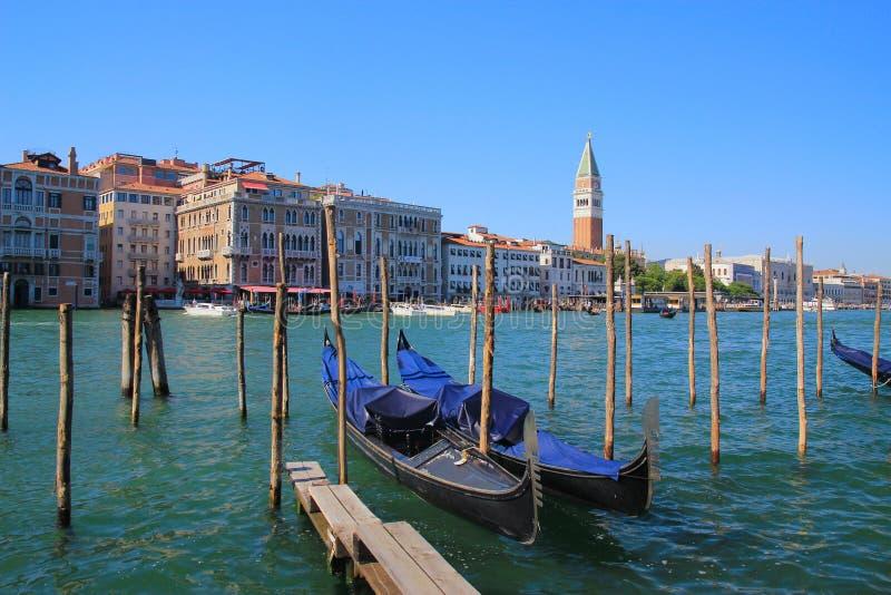 Venedig gondoler i förgrunden royaltyfri fotografi