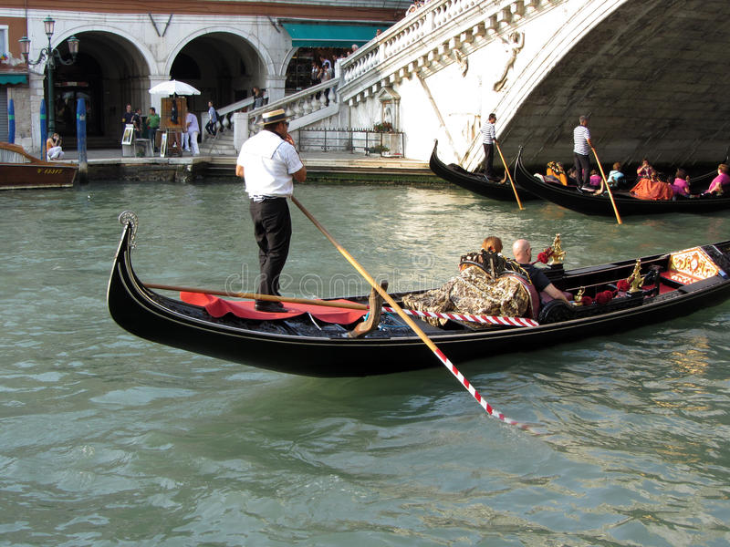 Venedig gondoler på bron royaltyfri fotografi