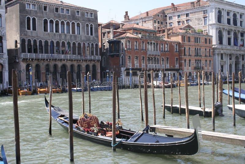 Venedig gondoler på den storslagna Canalen royaltyfri foto