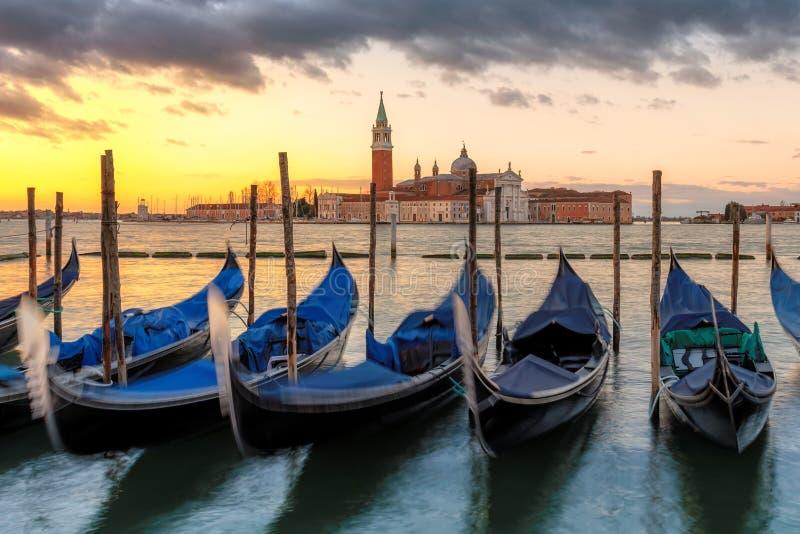 Venedig gondoler på soluppgång på den San Marco fyrkanten arkivbild