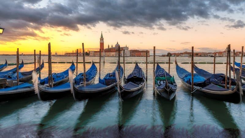 Venedig gondoler p? soluppg?ng p? den San Marco fyrkanten royaltyfri bild