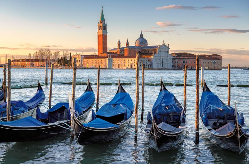 Venedig gondoler p? soluppg?ng p? den San Marco fyrkanten royaltyfria bilder