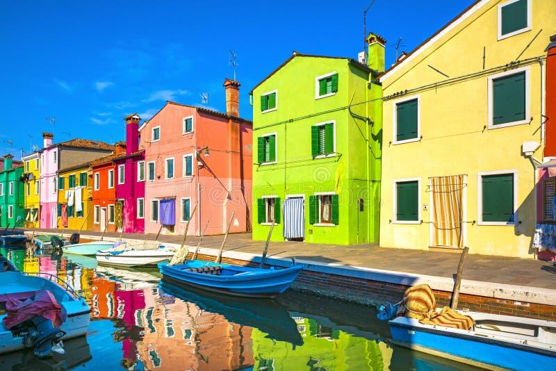 Venedig gränsmärke, Burano ökanal, färgrika hus och fartyg, royaltyfri fotografi