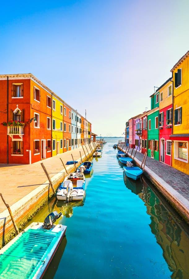 Venedig gränsmärke, Burano ökanal, färgrika hus och fartyg, royaltyfri bild