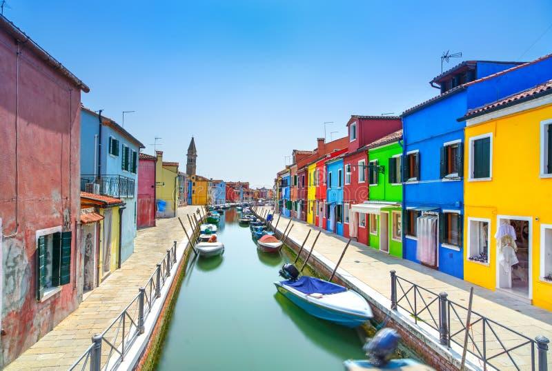 Venedig gränsmärke, Burano ökanal, färgrika hus och fartyg, Italien royaltyfri foto