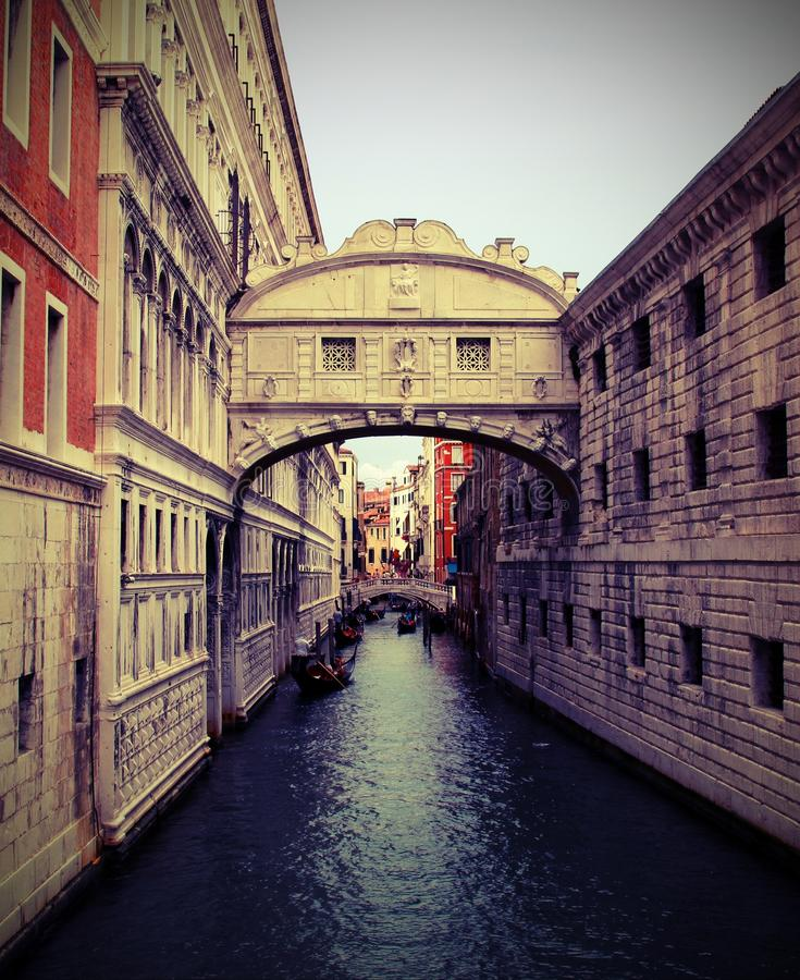 Venedig i Italien den forntida bron av Sighs och forntida hertiglig slott royaltyfria bilder