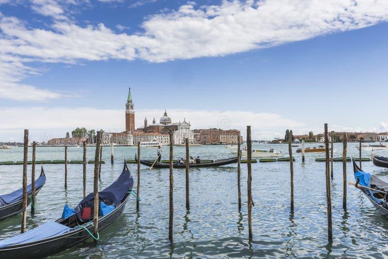 Venedig i Italien, gondoler och den Lido ön royaltyfri fotografi