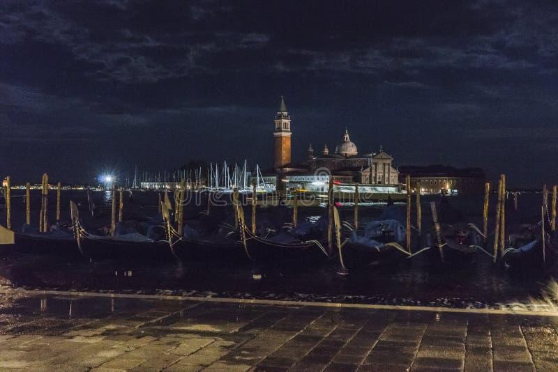 Venedig i Italien på natten, gondoler och den Lido ön royaltyfria foton